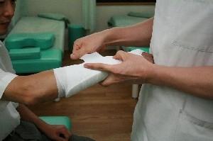 包帯にも種類があり、綿包帯と伸縮包帯(弾性包帯)とでは意味合いが違います。 伸縮包帯はもともと伸びますから、固定力はありません。 ですので、湿布を止めておく意味合いが強いです。 逆に綿包帯は伸びませんので、固定の意味合いがあります。